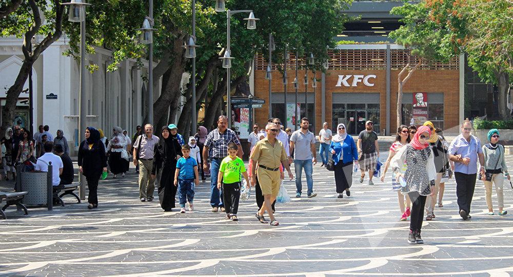 Туристы на улицах Баку, архивное фото