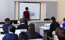 Учебный процесс в одной из средних школ Баку, фото из архива