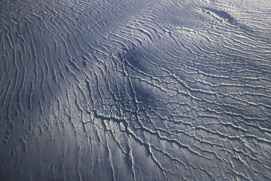 Yuxarı Baffin körfəzi sahilindəki buzlaqlarda əmələ gəlmiş çatlar