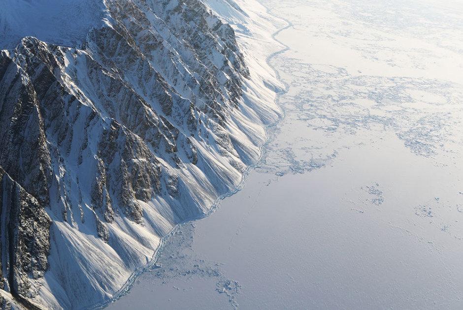 NASA-nın IceBridge missiyasının təyyarəsindən müşahidə edilən buzlaq sahəsi