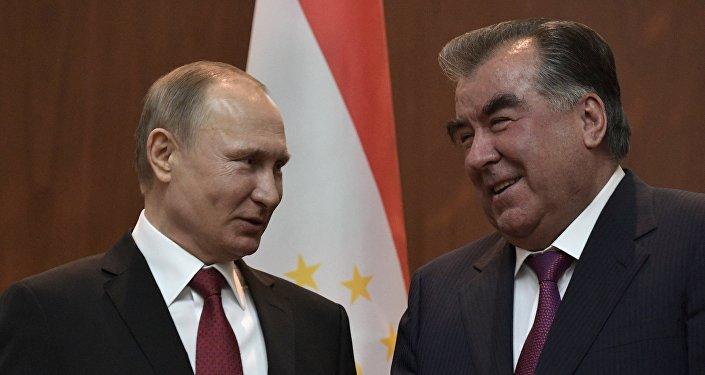 Президент РФ Владимир Путин и президент Республики Таджикистан Эмомали Рахмон (справа) во время подписания совместных документов по итогам российско-таджикских переговоров в Душанбе