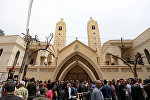 Люди на месте взрыва в церкви Святого Георгия в городе Танта в Египте