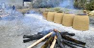 Astara rayonunun Pensər kənd sakini həyətində təndir hazırlayır