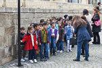 Дети во время экскурсии по Старому городу в Баку, фото из архива