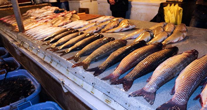 Свежая рыба на прилавке рынка 8-й километр