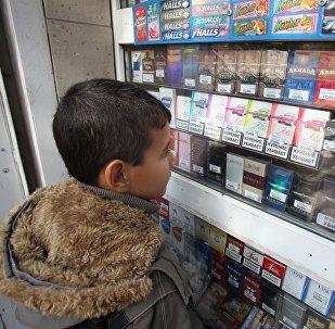 Мальчик у прилавка с сигаретами, фото из архива