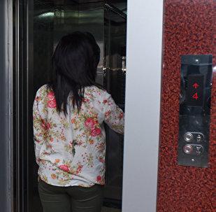 Девушка входит в кабинку лифта, фото из архива