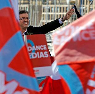 Кандидат в президенты Франции, лидер движения Непокорная Франция Жан-Люк Меланшон выступает с речью на митинге в Марселе, Франция, 9 апреля 2017 года