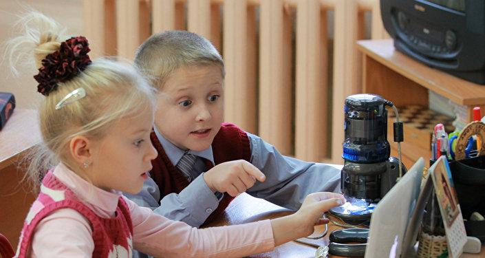 Дети за ноутбуком, фото из архива