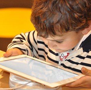 Ребенок с планшетом, фото из архива