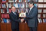 Sputnik Azərbaycan-ın rəhbəri Əziz Əliyev albomu Prezident kitabxanasının direktoru Mail Əhmədova təqdim edir