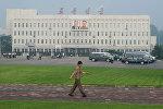 Портреты бывших северокорейских лидеров Ким Ир Сена (слева) и Ким Чен Ира в Пхеньяне, 25 июля 2013 года