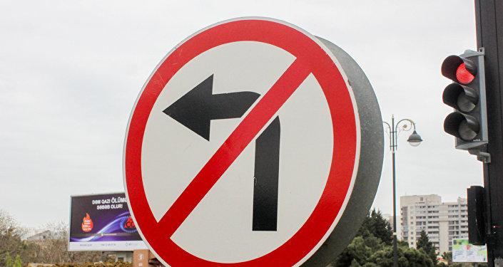 Запрещающий знак дорожного движения и красный свет светофора, фото из архива