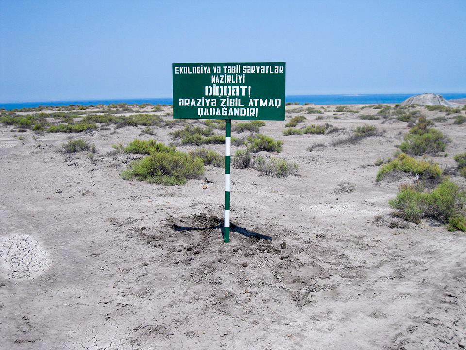 Надпись на табличке: Министерство экологии и природных ресурсов Азербайджана. Внимание! На территории запрещено мусорить!