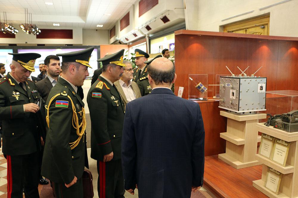 Министр обороны Азербайджана Закир Гасанов знакомится с экспонатами выставки оборонной промышленности Ирана