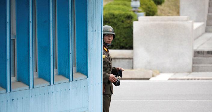 Северокорейский солдат дежурит на посту, 17 апреля 2017 года