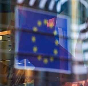 Отражение флага Евросоюза в окне одного из зданий в Брюсселе, фото из архива