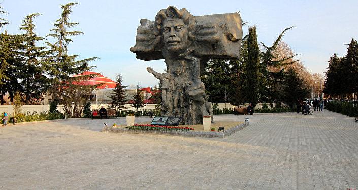 Памятник Самеду Вургуну в Газахе