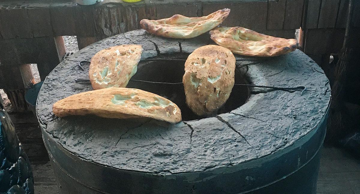 Свежевыпеченный в тандыре хлеб