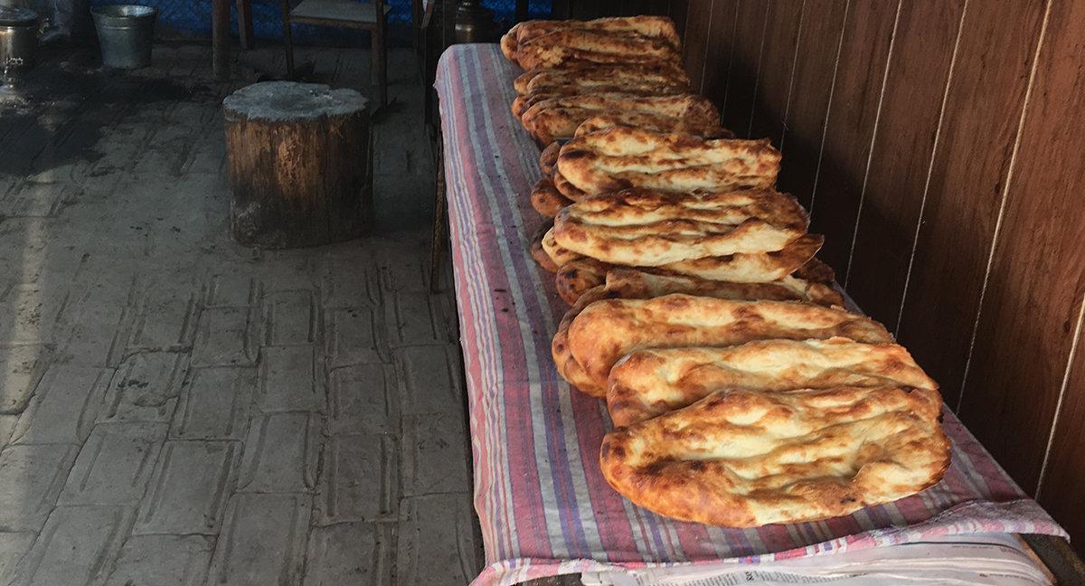 Выпеченный в тандыре хлеб бывает очень горячим и невероятно вкусным