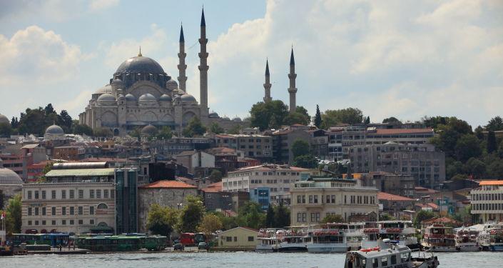 Вид на Голубую мечеть через пролив Босфор в Стамбуле, Турция