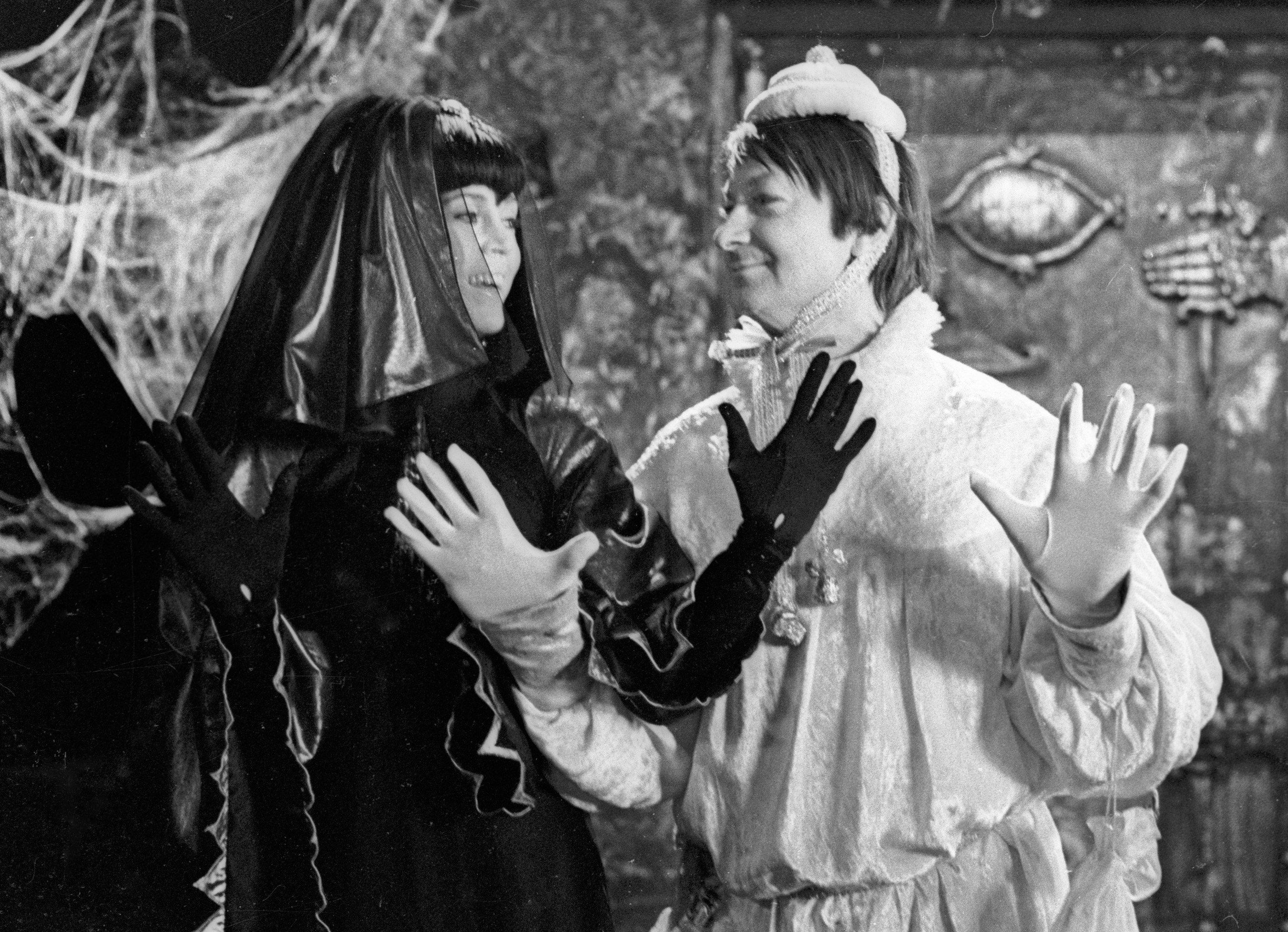 Актриса Джейн Фонда (слева) в роли Ночи и актер Георгий Вицин (справа) на съемках фильма Синяя птица