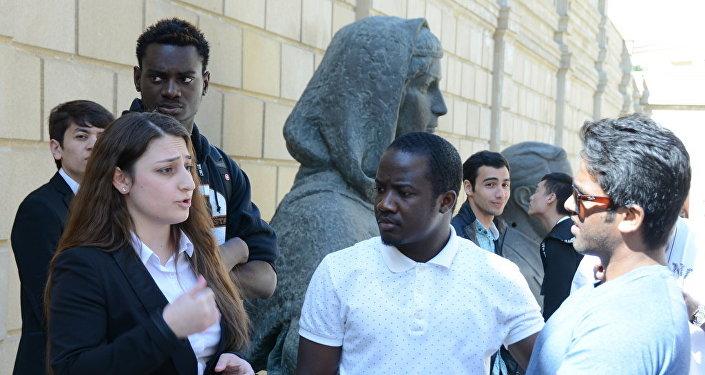 Студенты-иностранцы UNEC посетили Расстрелянные памятники в саду Национального музея искусств