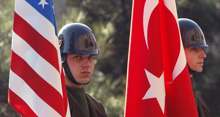 Турецкие гвардейцы чести с флагами США и Турции, фото из архива