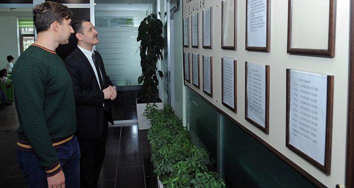 Российский гроссмейстер Сергей Карякин посетил Шахматную академию Вюгара Гашимова