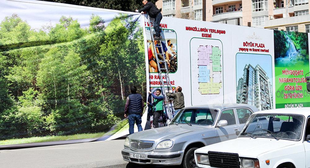 Bakı Şəhər İcra Hakimiyyətinin əməkdaşları söküntü aparılan ərazidəki lövhələri dəyişir