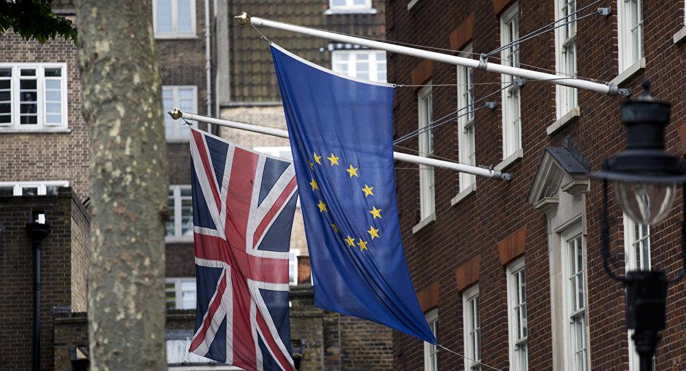 Флаги Великобритании и ЕС перед лондонским офисом Европарламента, 22 июня 2016 года