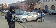 Сотрудники правоохранительных органов на месте нападения на приемную ФСБ в Хабаровске, 21 апреля 2017 года