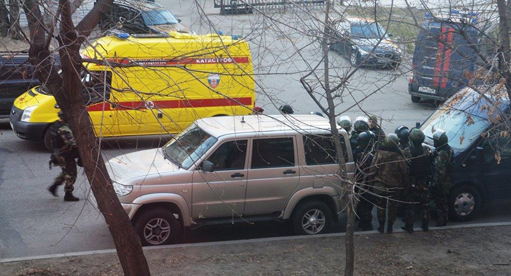 Бойцы СОБРа недалеко от здания здания приемной Управления ФСБ России по Хабаровскому краю, в котором неизвестный открыл огонь по сотрудникам и посетителям
