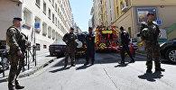 Полицейские и солдаты на месте задержания двух подозреваемых в подготовке теракта в Марселе, Франция, 18 апреля 2017 года
