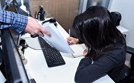 Мужчина передает документы женщине за столом