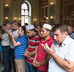 Люди совершаю намаз в мечети Тезе Пир в Баку, фото из архива