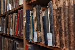 Стеллаж с книгами, фото из архива