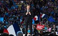Кандидат в президенты Франции, лидер движения Вперёд! (En Marche) Эммануэль Макрон выступает во время предвыборной встречи с избирателями в Париже