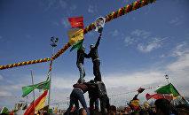 Молодежь с флагами и с изображением Абдуллы Оджалана, заключенного в тюрьму лидера повстанческой Рабочей партии Курдистана, фото из архива