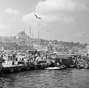 Вид на рыбный базар и мечеть Сулеймание в Стамбуле
