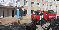 Пожарная машина у здания Агвалинской школы в Дагестане, фото из архива