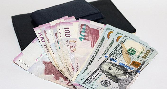 Манаты и доллары, фото из архива