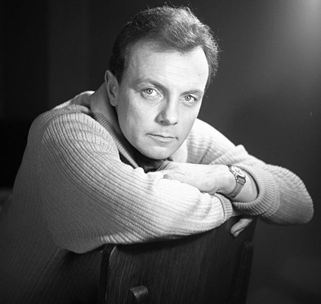 Актер Лавров