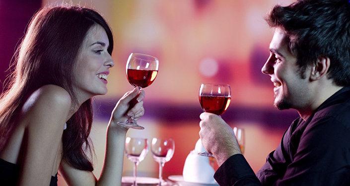 Молодая пара в ресторане, фото из архива