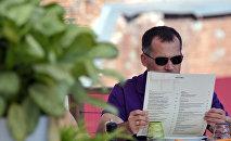Читающий меню мужчина, архивное фото