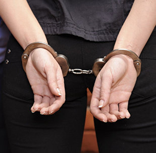 Девушка в наручниках, фото из архива