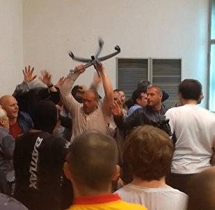 Протестующие македонцы устроили драку с депутатами