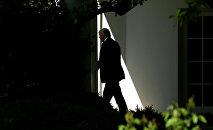 Президент США Дональд Трамп в Белом доме, 28 апреля 2017 года
