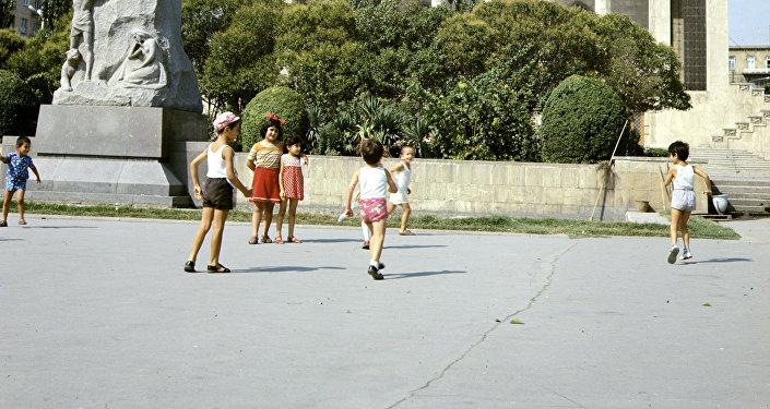 Дети на площади Физули в Баку, 1978 год