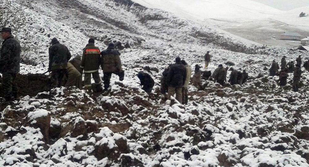 Cотрудники экстренных служб отыскали тела 2-х детей наместе схода оползня вКиргизии